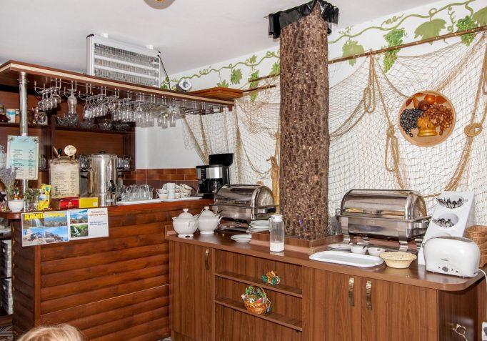 Alushta-Professorskiy-ugolok-gostevoy-dom-Vika-kafe-4